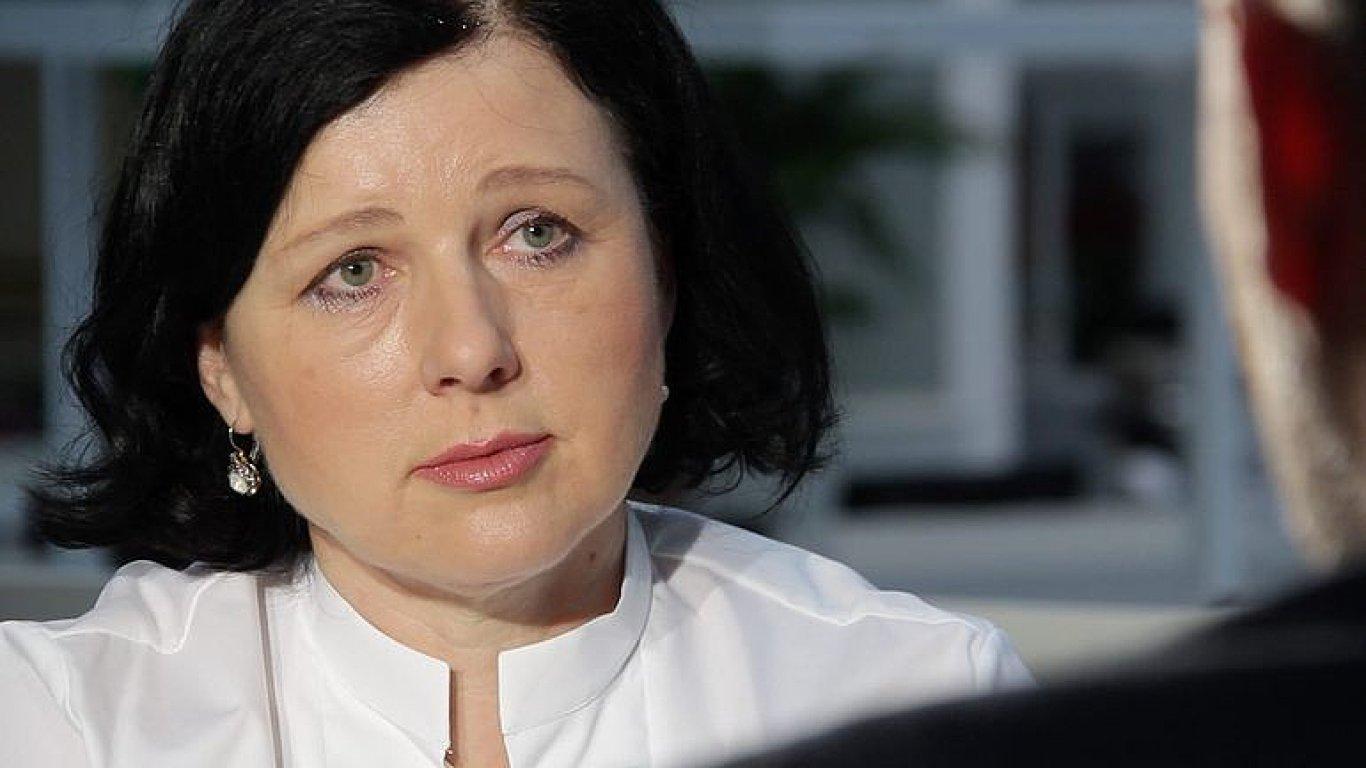 Jourová: Čeští ministři si ulehčují práci tím, že se vymlouvají na Brusel, euro přijmout musíme