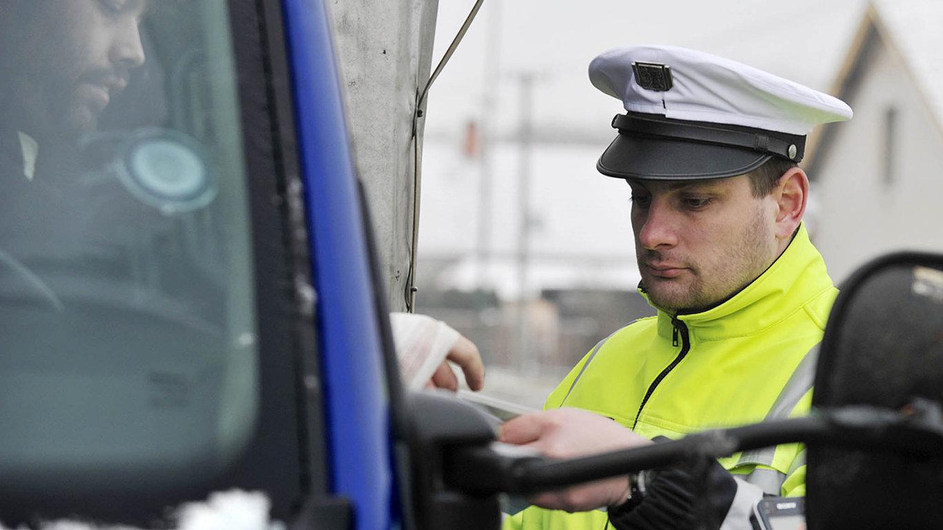 Body nebo soud? Pokud půjde agresivní řidič před soud, neměl by už dostávat trestné body.