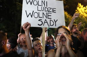Zrádci, křičeli demonstranti na senátory. Tisíce lidí v Polsku protestují proti kontroverznímu zákonu o nejvyšším soudu