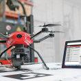 Společnost Linde Material Handling vyvíjí inventurní dron Flybox, který je napojený na automatický vozík.