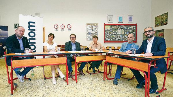 O školství v předvolební debatě Ekonomu hovořili (od druhého místa zleva) ředitelka Gymnázia Na Zatlance Jitka Kmentová a Daniel Münich, ekonom z think-tanku IDEA při CERGE-EI.