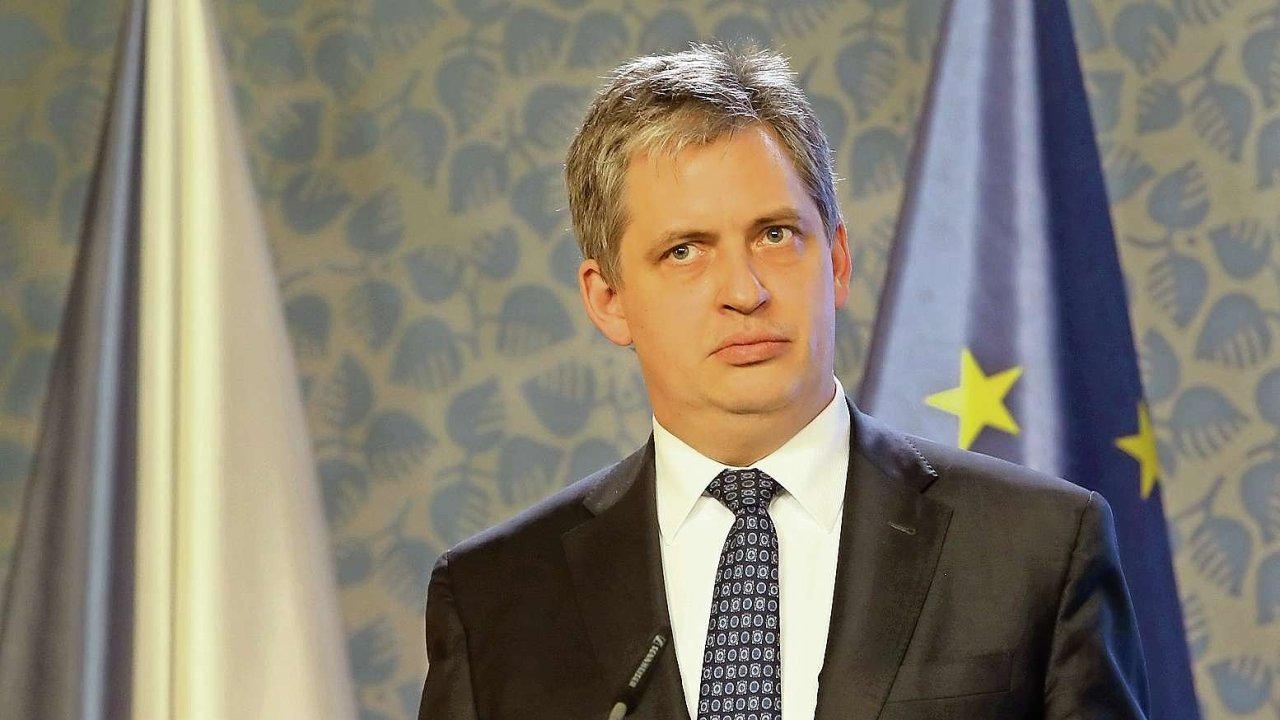 Ministr Jiří Dienstbier si stojí za tím, že původní novela vládního zákona byla mnohem lepší než nyní s opozicí vyjednaná verze.