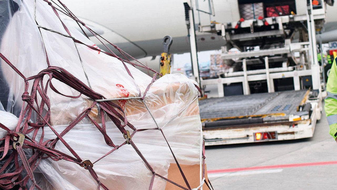Při plánování leteckého balení je potřeba mít na paměti, že zásilky čekají na letadla na otevřené ploše.