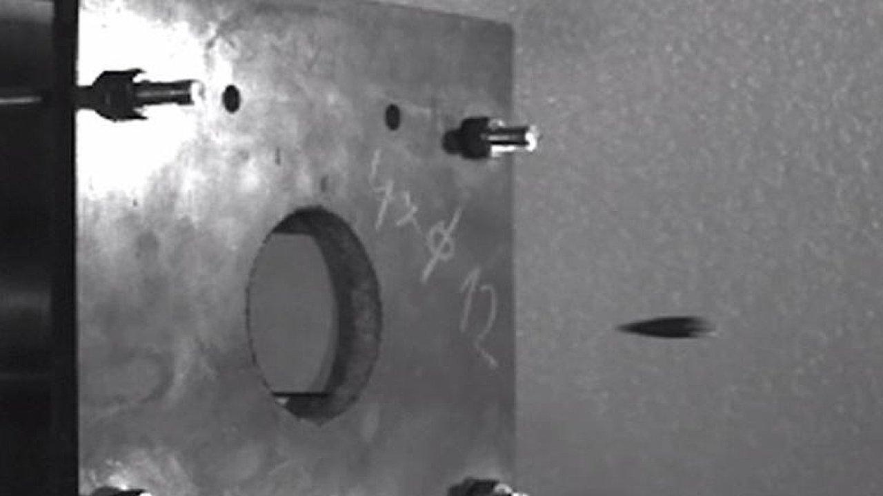 Silnější než ocel. Čeští vědci vyvinuli neprůstřelné destičky do armádních vest