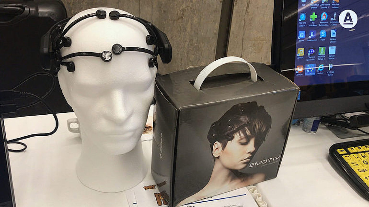 Kamera pro slepé, ovládání počítače mozkem. Revoluční novinky usnadní život postiženým lidem