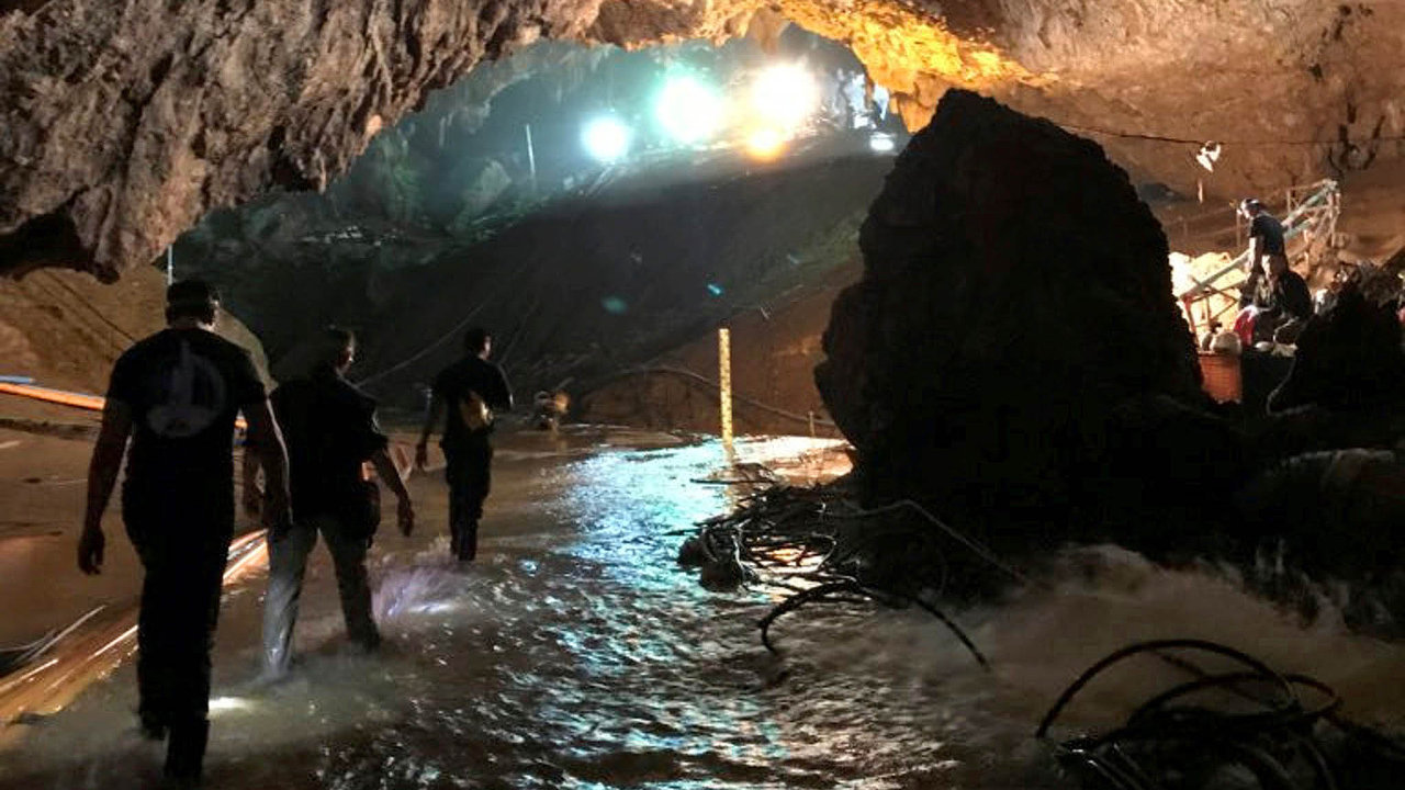 Konečně zachráněni. Všech dvanáct chlapců bylo spolu s jejich fotbalovým trenérem vytaženo potápěči z thajské jeskyně, jež byla zčásti zaplavena. Akci sledoval celý svět.