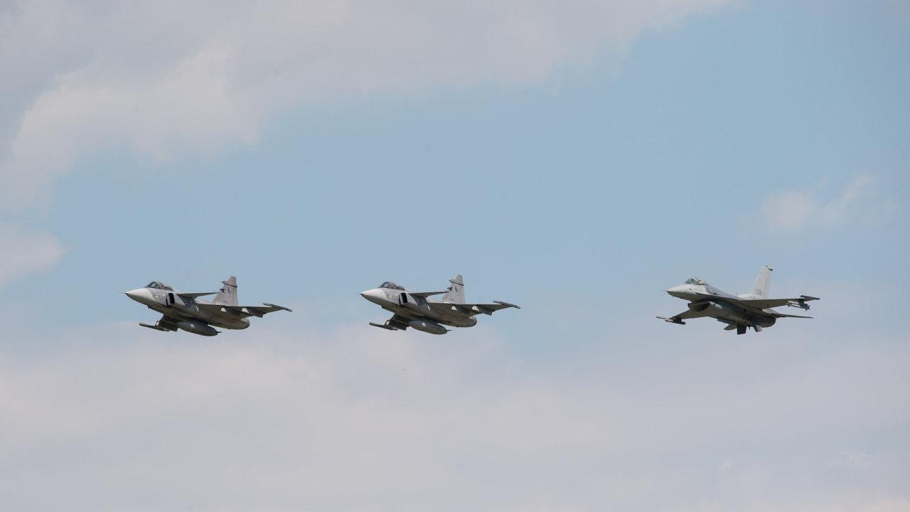 Na vojenské prohlídce nejprve proletí vojenská a policejní letadla a vrtulníky.