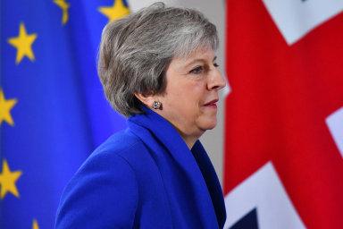 Mayová slíbila, že po schválení dohody o brexitu odstoupí, tvrdí britská média. Šance na těsnou spolupráci Británie s EU žije, radikální konzervativci jsou v kleštích