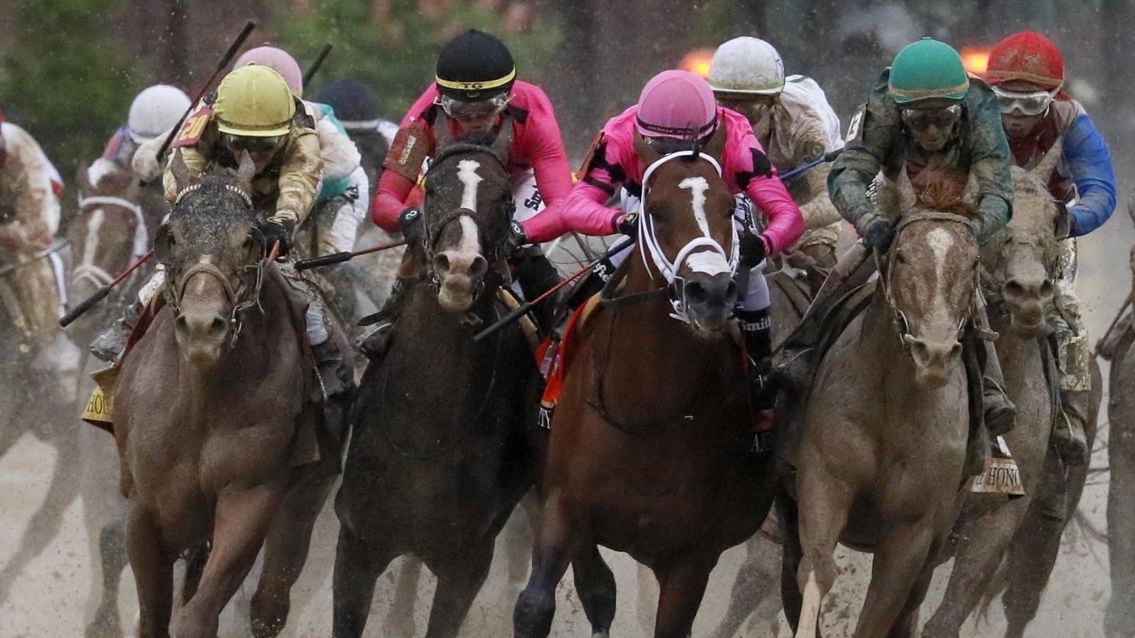 Dostih Kentucky Derby. Potrestaný kůň Maximum Security je druhý zprava.