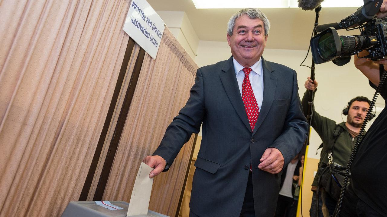 Předseda KSČM Vojtěch Filip odevzdal 20. října v Českých Budějovicích svůj hlas ve sněmovních volbách.