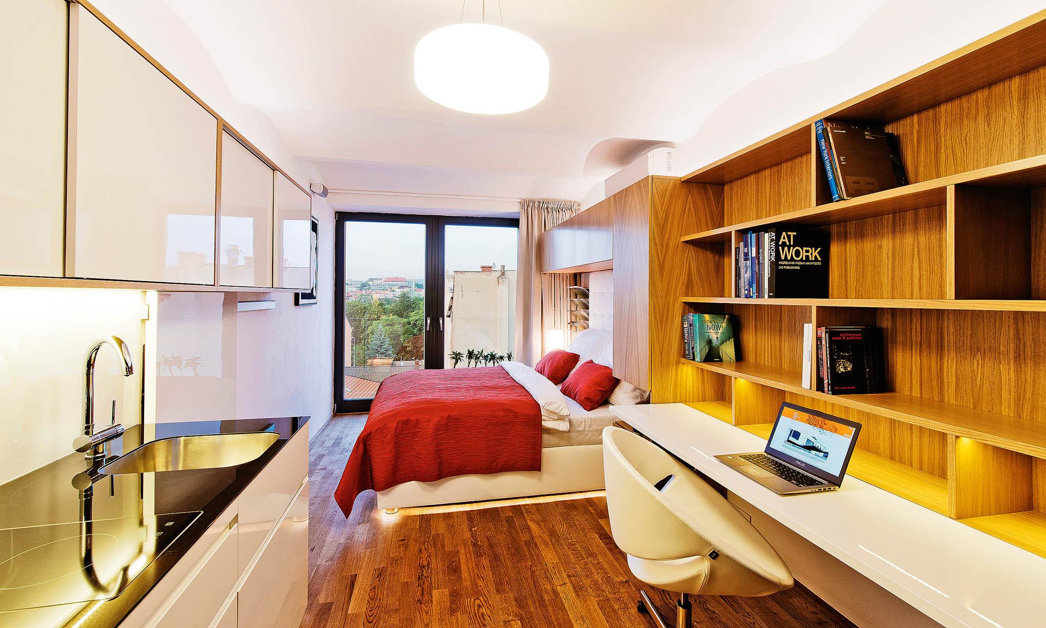 Většinu nábytkuje třeba nechatvyrobit namíru, protože klasický prefabrikovanýnábytek obvykle namenší prostory nemyslí.
