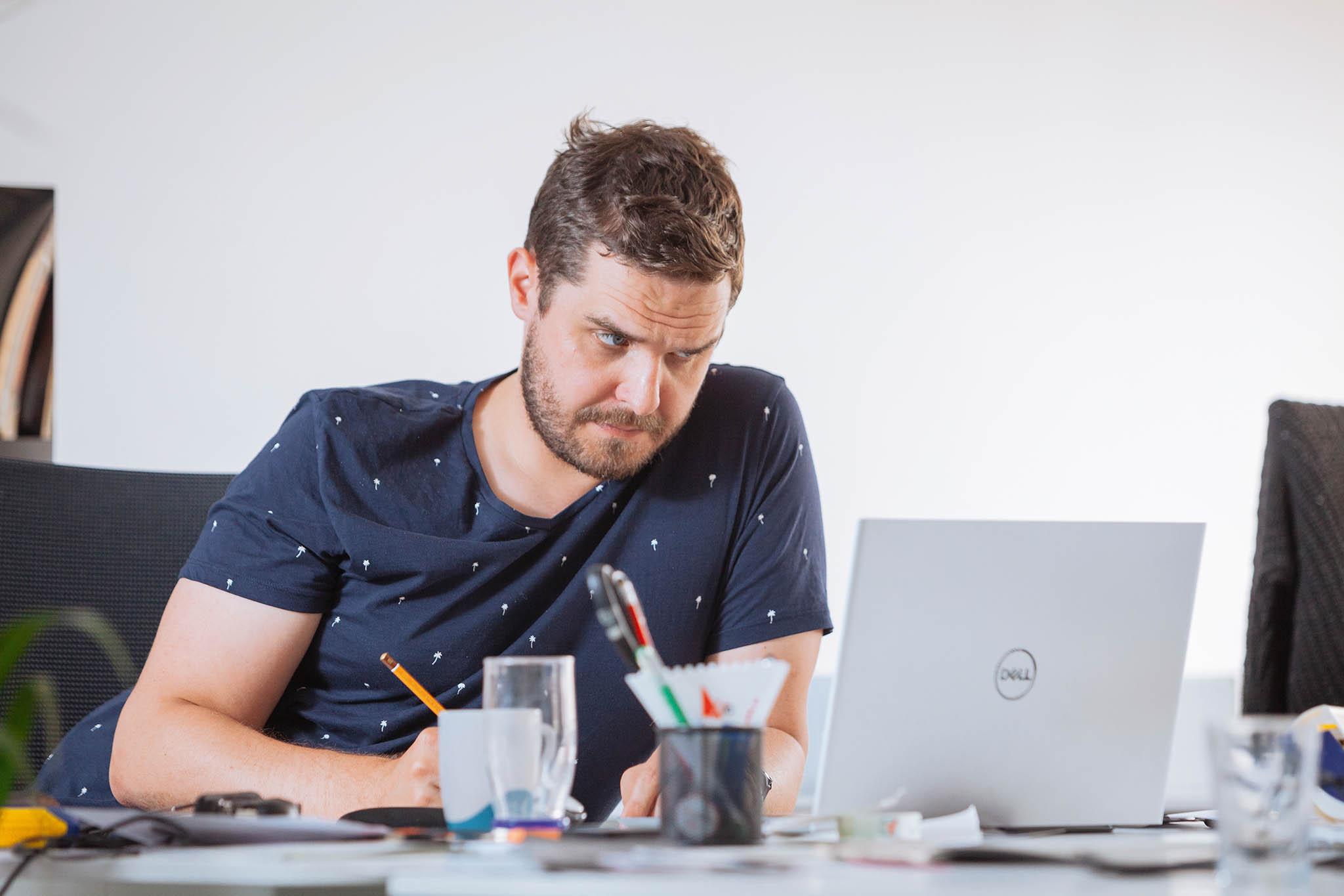 VSherpasu často vládne až překvapivé ticho aklid. Většina pracovníků řeší klientské projektyvmalých týmech vzasedacích místnostech nebo zrovna pobíhají poschůzkách.