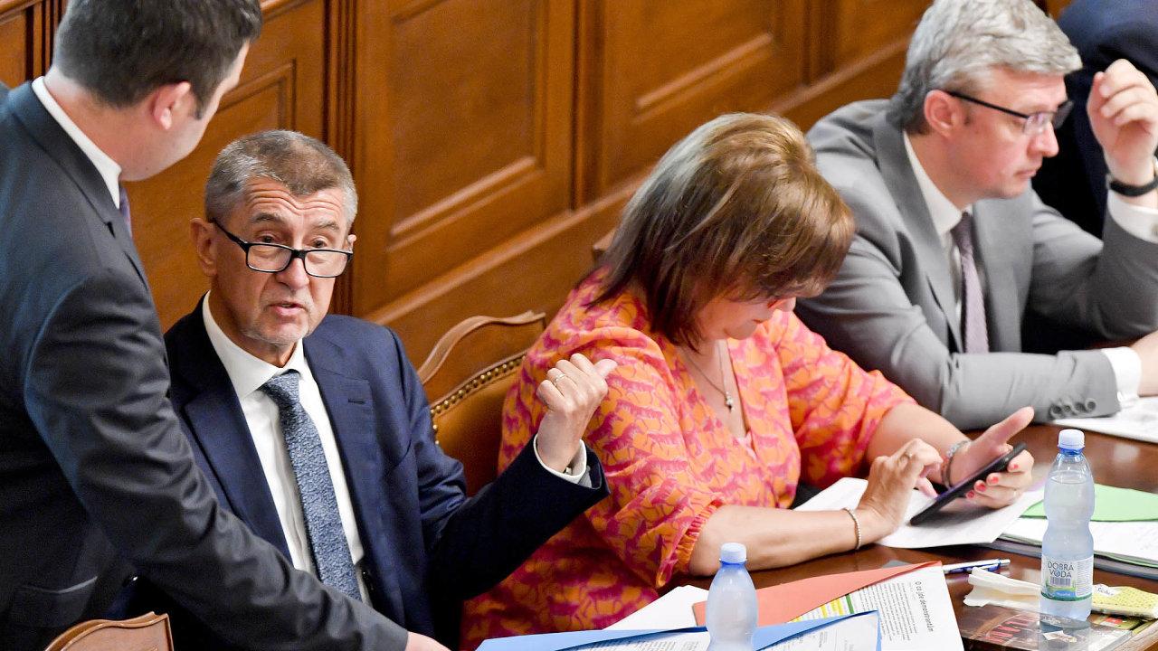 Půjdeme dál spolu? Šéf sociálních demokratů Jan Hamáček (vlevo) naléhá napremiéra Andreje Babiše, aby přistoupil napožadavky jeho strany.