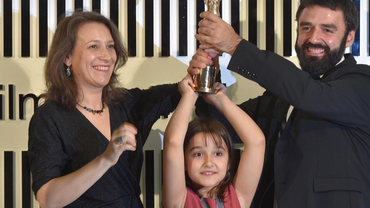 Kristina Grozevová aPetar Valčanov jsou partneři také vživotě, nafestivalu je doprovázela jejich osmiletá dcera.