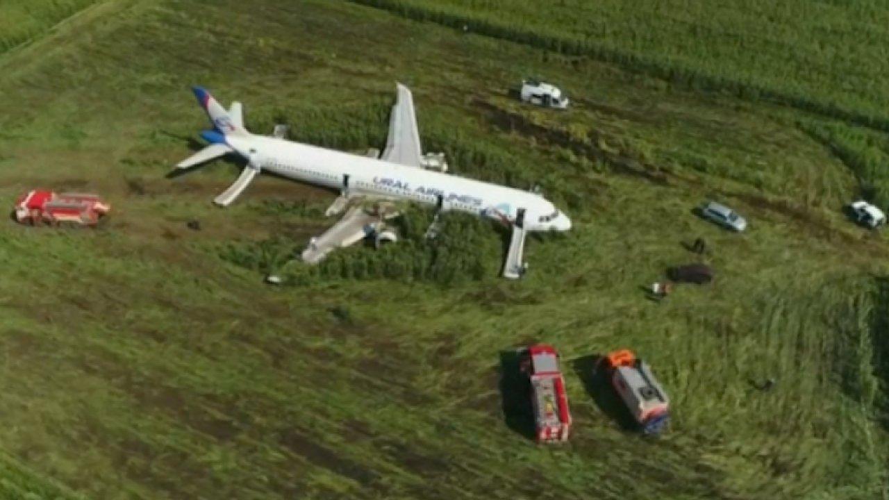 Ruský letoun přistál v poli. Záběry z dronu