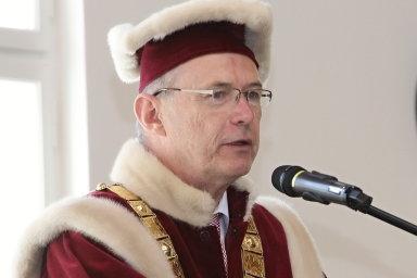 Rektor univerzity Jan Lata již dříve uvedl, že důvod k omezení akreditace nevidí. Fakulta podle něj již nedostatky odstranila.
