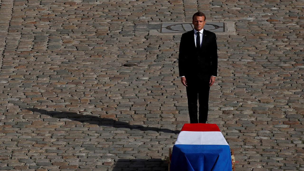 Francouzský prezident Emmanuel Macron stojí před Chirakovou rakví.