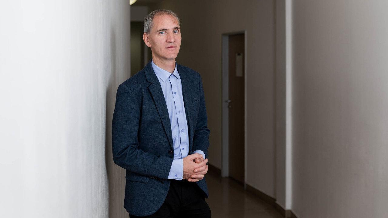 Samostatností kpřetížení: Odvrácená tvář samostatnosti škol vČesku je vnadměrné byrokratické zátěži ředitelů, tvrdí Arnošt Veselý.