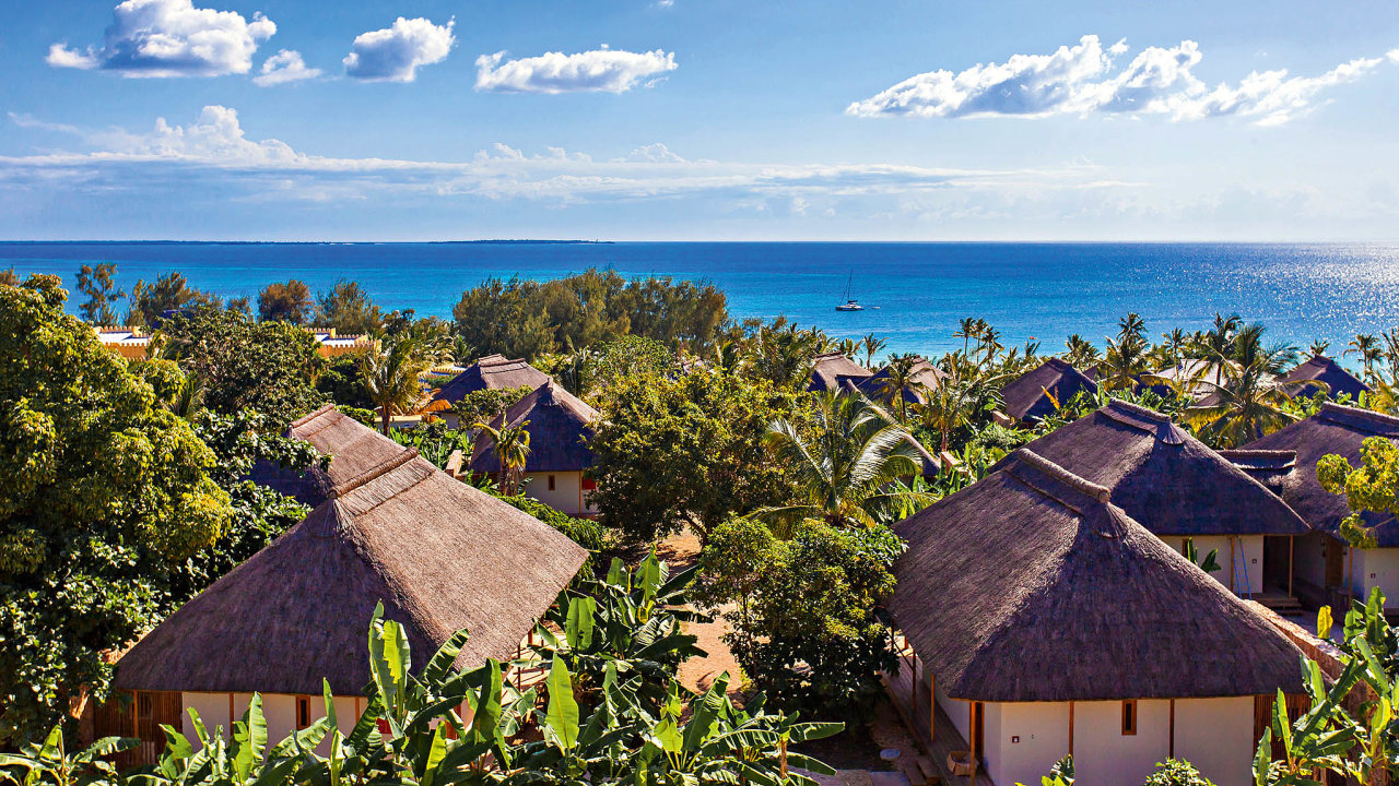Hotelový resort Zuri Zanzibar, navržený českými architekty zJestico + Whiles pro investora RSJ, získal jako první hotel na světě zlatou certifikaci EarthCheck oceňující trvale udržitelný design.