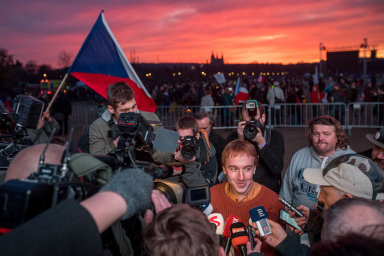 Předseda spolku Milion chvilek Mikuláš Minář v obležení novinářů. Ilustrační foto.