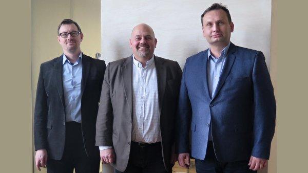 Strojírenský podnik Kovosvit MAS má nového generálního ředitele a obměněné představenstvo. Zleva pánové Kovář, Kurutz, Zahrádka