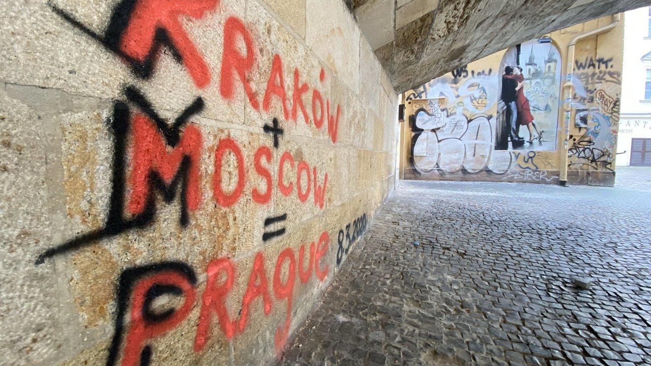 Most posprejovali vandalové i v minulosti. Obvodní soud pro Prahu 1 loni v listopadu uložil podmínky bratrům z Německa, kteří na pilíř mostu nasprejovali nápis o rozměrech pět krát dva metry.