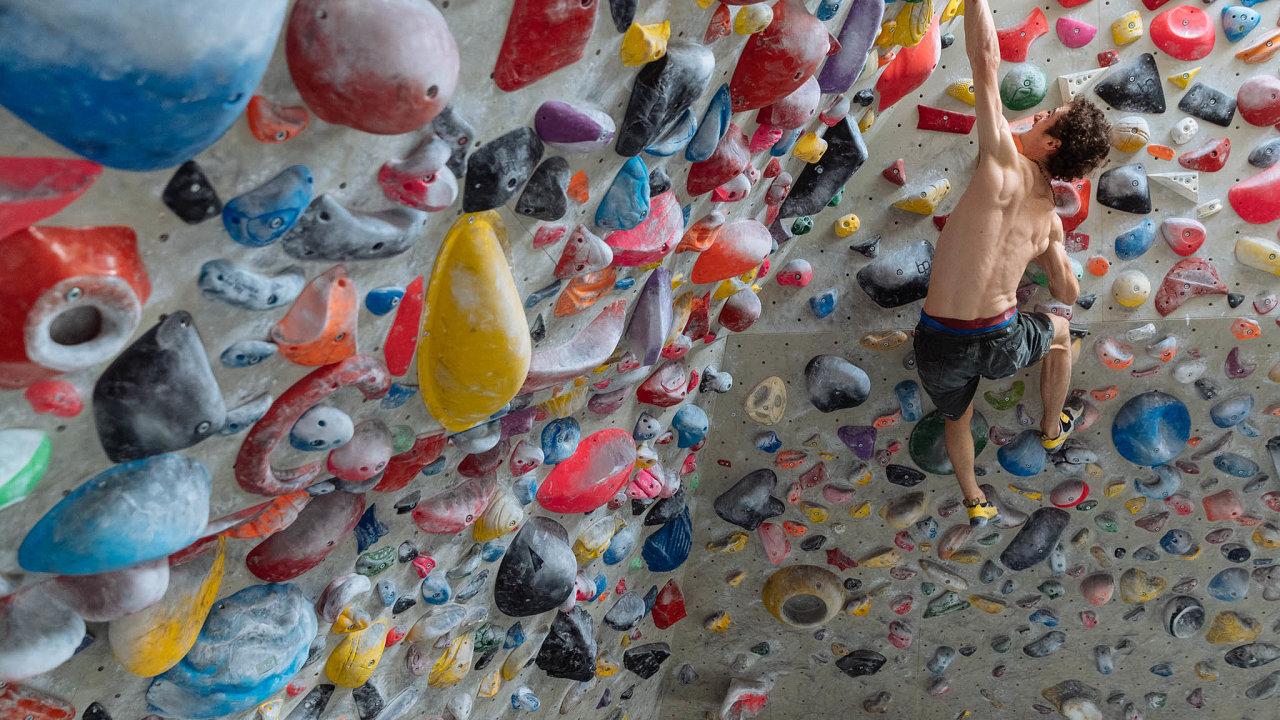 Adam Ondra na lezecké stěně