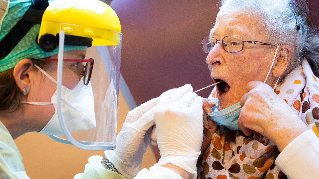 Sestry apečovatelky, které se starají opacienty vdomácím prostředí, musí nově povinně absolvovat testy nakoronavirus.