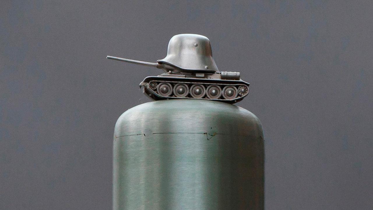 Řeporyje ctí historii. Miniatura sovětského tanku použitého ruskými jednotkami vlasovců při osvobozování Prahy je detailem památníku, jenž byl vminulém týdnu odhalen vŘeporyjích.