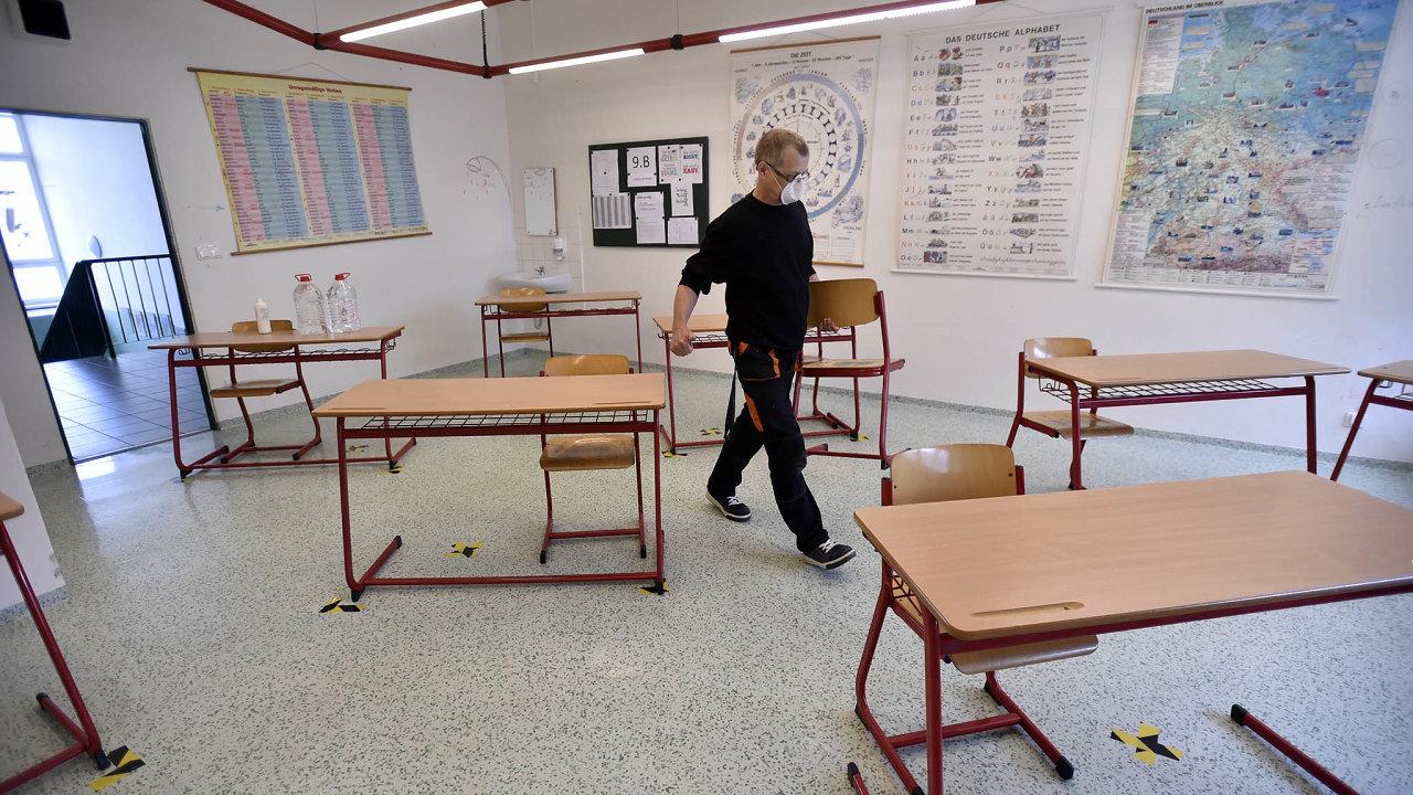 Návratu žáků dočeských škol předchází důkladná příprava. Další fáze, otevření pro děti naprvním stupni základních škol, hodně zajímá irodiče naošetřovném.