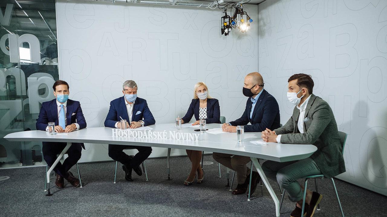 Zleva: Lukáš Kovanda, Karel Havlíček, Štěpán Michlíček aMichal Mička. Uprostřed moderátorka Jana Niedermeierová