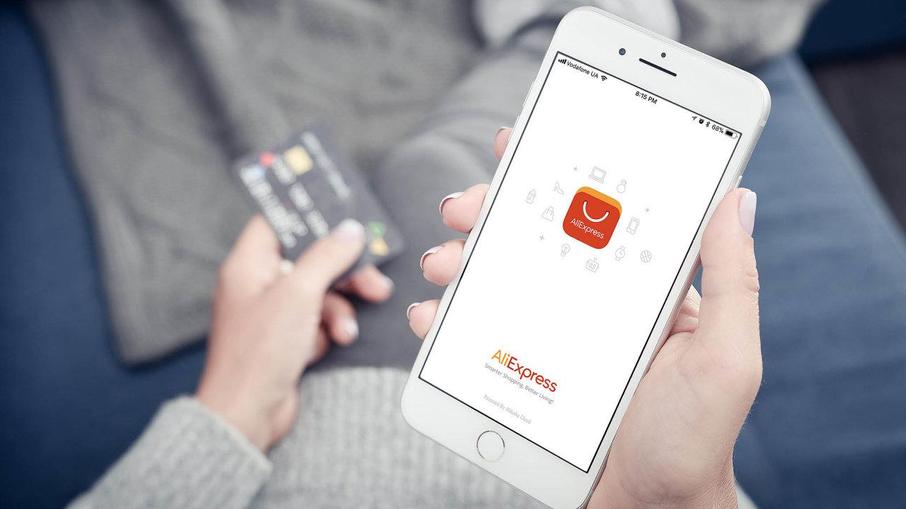 Aliexpress je v Česku nepopulárnějším čínským e-shopem. Platba kartou je na něm (až příliš) snadná.