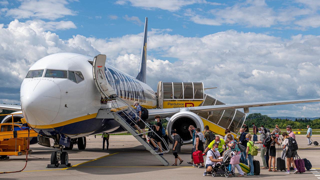 Cestující na letišti v Pardubicích nastupují do letounu Ryanairu, který obnovil pravidelnou linku do španělského Alicante.