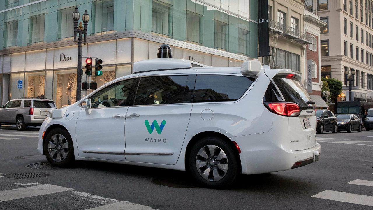 Google je s Waymo nejdál. Tento samořídící automobil dosáhl nyní v samostatnosti počínání na silnicích úrovně čtyři z pětistupňové škály. Firmu Waymo v prosinci 2016 založil Google.