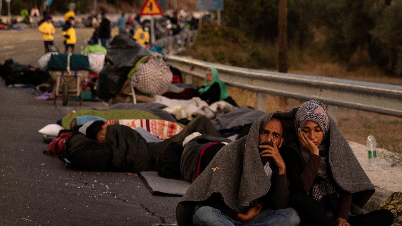 Tábor pro uprchlíky Moria naostrově Lesbos, který vestředu poničil rozsáhlý požár, opustila ve čtvrtek skupina asi 400 nezletilých bez doprovodu dospělých.