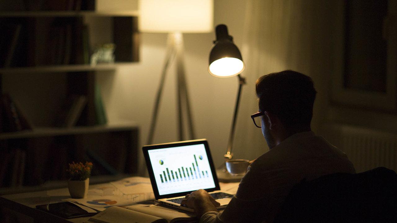 Svítí správně? Kontrola kvality pracovního prostředí uzaměstnance doma je jedním zesporných bodů debaty ouzákonění home officu.