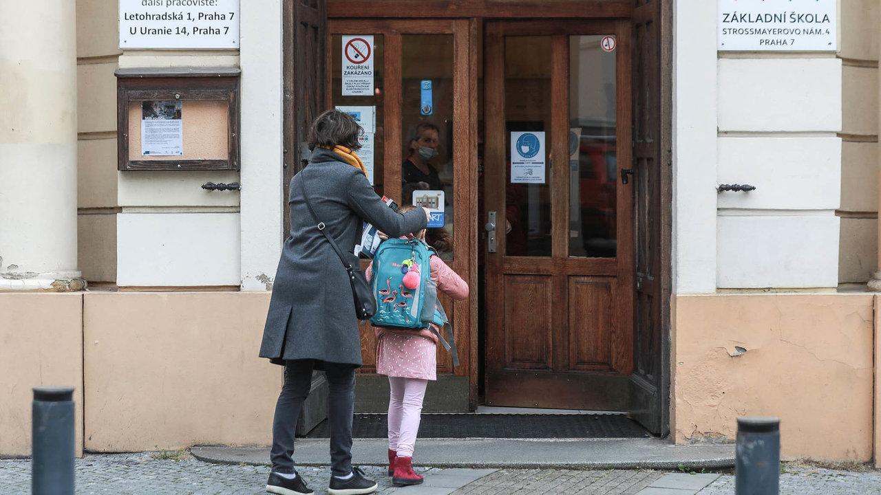Hurá doškoly. Převážná část rodičů vítá alespoň částečné otevření škol.