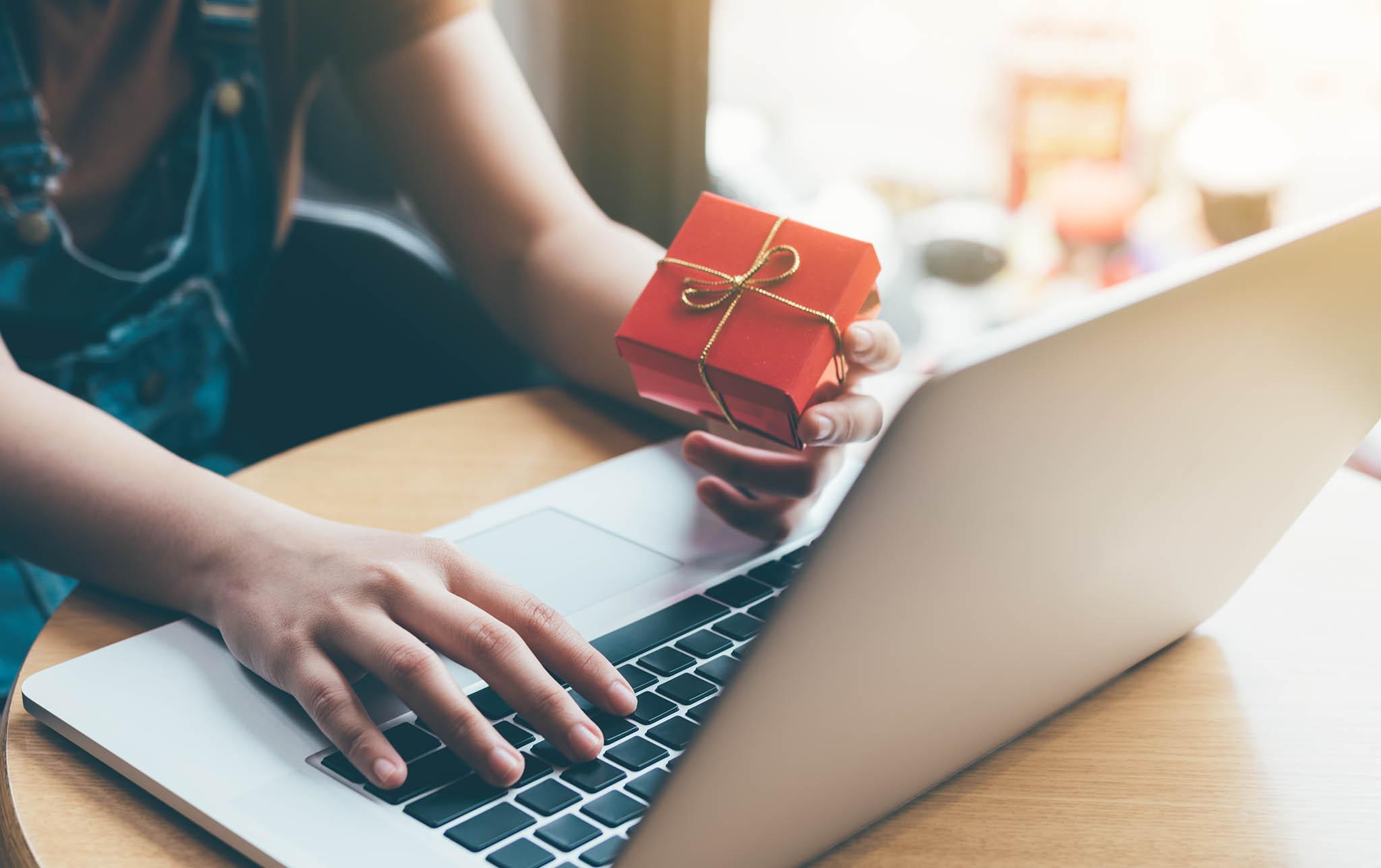 Ryze dárcovské platformy odneziskových organizací nevybírají komerční poplatky, některé sbírky vedou zcela zdarma ažadatelé dostanou vybrané peníze ivpřípadě, kdy se cílová částka nenaplní.