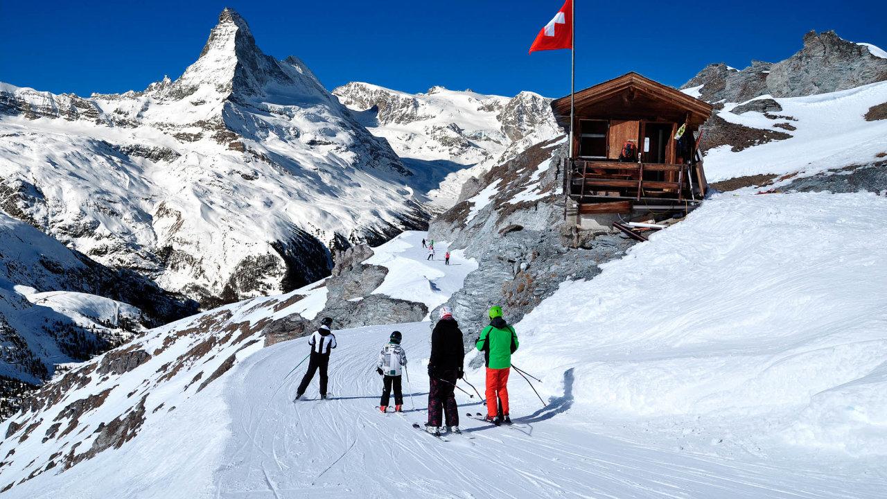 V Evropě jsou nyní otevřena pouze zimní střediska ve Švýcarsku. Na snímku Zermatt pod Matterhornem.