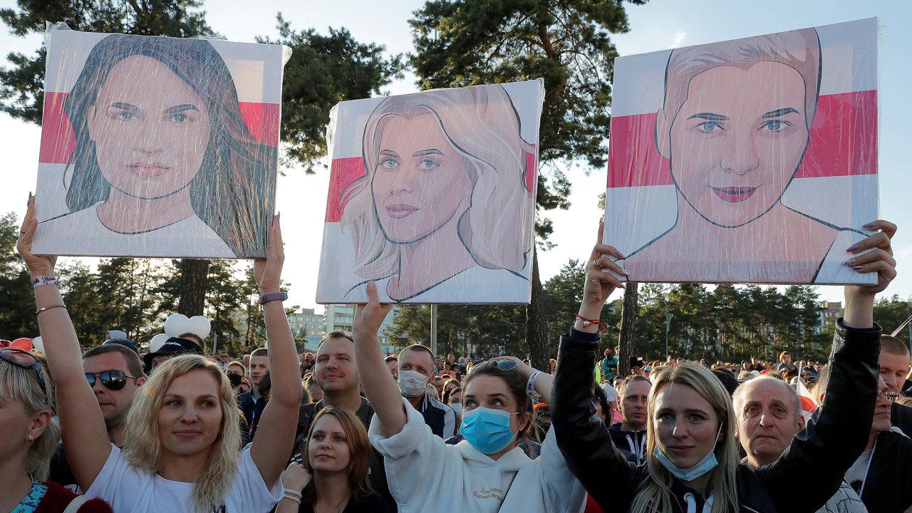 Věříme, můžeme, zvítězíme. Svjatlana Cichanouská, Veranika Cepkalová aMaryja Kalesnikavová (vpořadí nakarikaturách vrukou demonstrantek) - symboly ihybatelky běloruských protestů proti režimu.