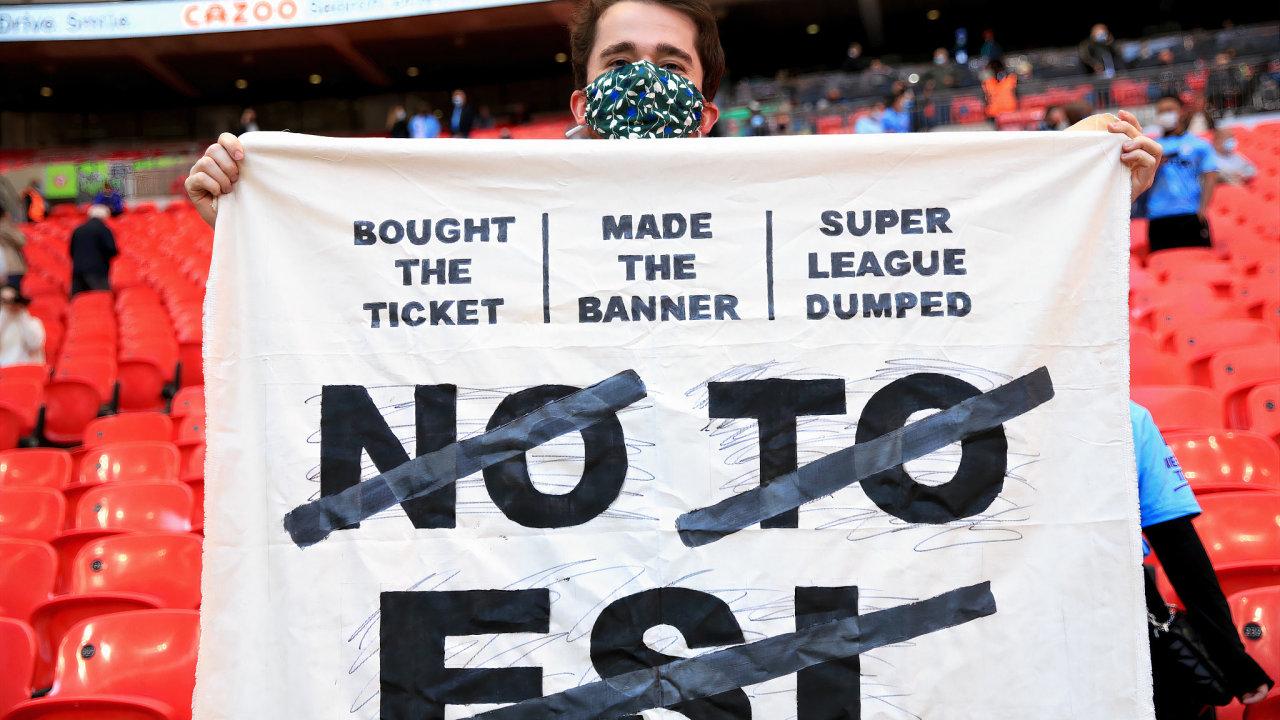 Proti založení evropské fotbalové superligy protestovali fanoušci. Například na stadionu ve Wembley.