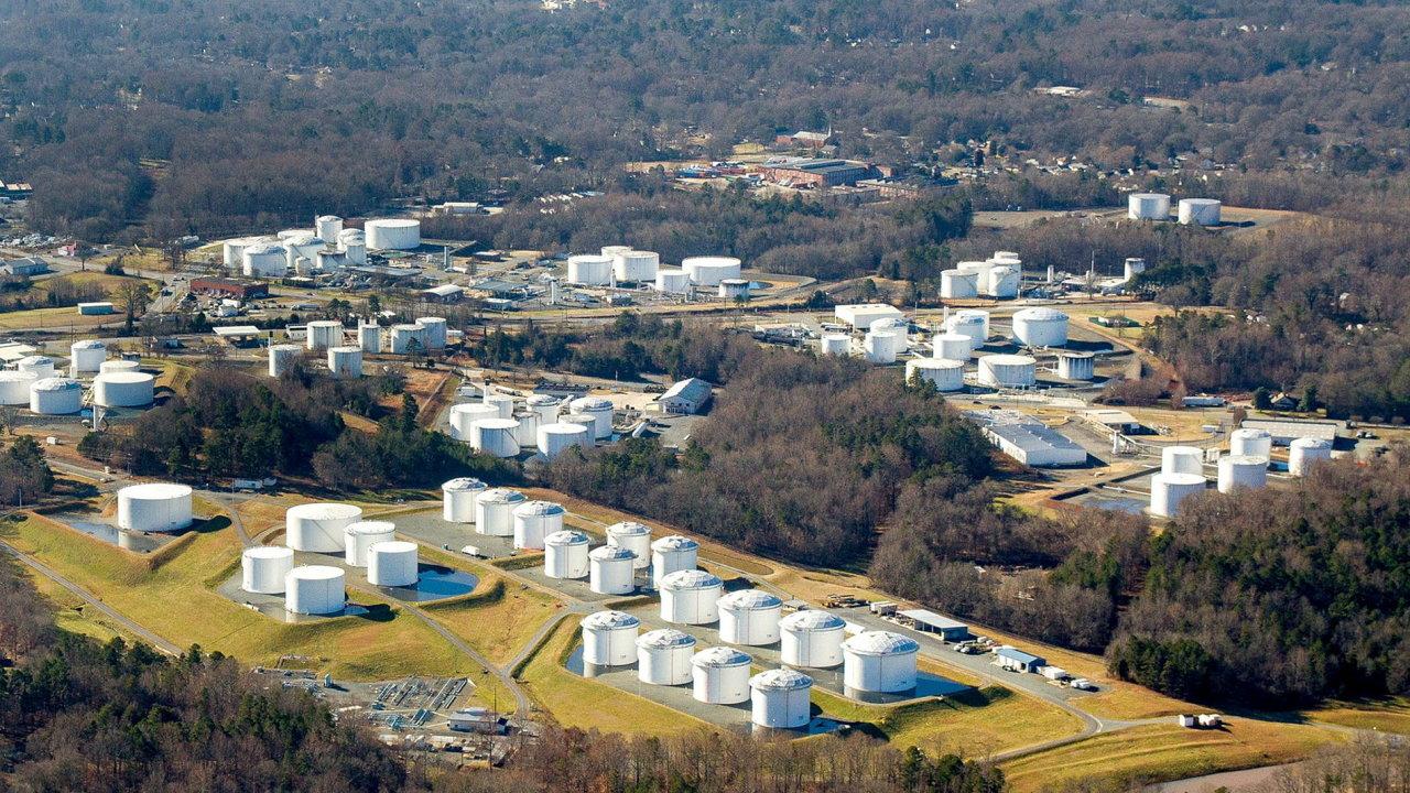 Ropné zásobníky firmy Colonial Pipeline u Charlotte v Severní Karolíně. Ropovod firmy, kterým dostává polovinu spotřeby východ USA, nefunguje po útoku hackerů.