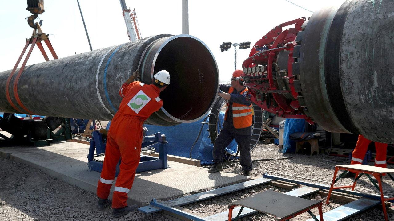 Pracovníci na staveništi ruské části plynovodu Nord Stream 2 nedaleko města Kingisepp v Leningradské oblasti.