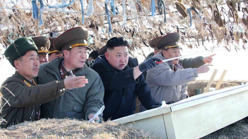 Severokorejský vůdce Kim Čong-un sleduje armádní cvičení