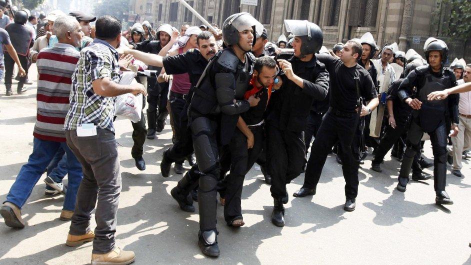 Protesty v Káhiře se vyhrotily