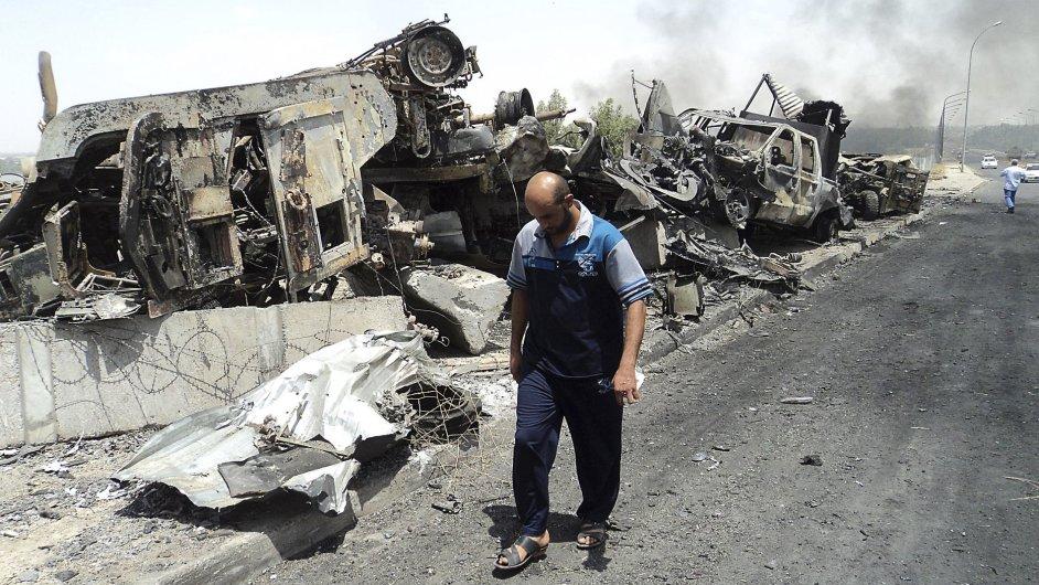Uhořelá auta iráckých bezpečnostních složek ve městě Mosul, který dobyli radikálové z hnutí ISIL.