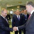 Vladimir Putin a Petro Poro�enko v Minsku.