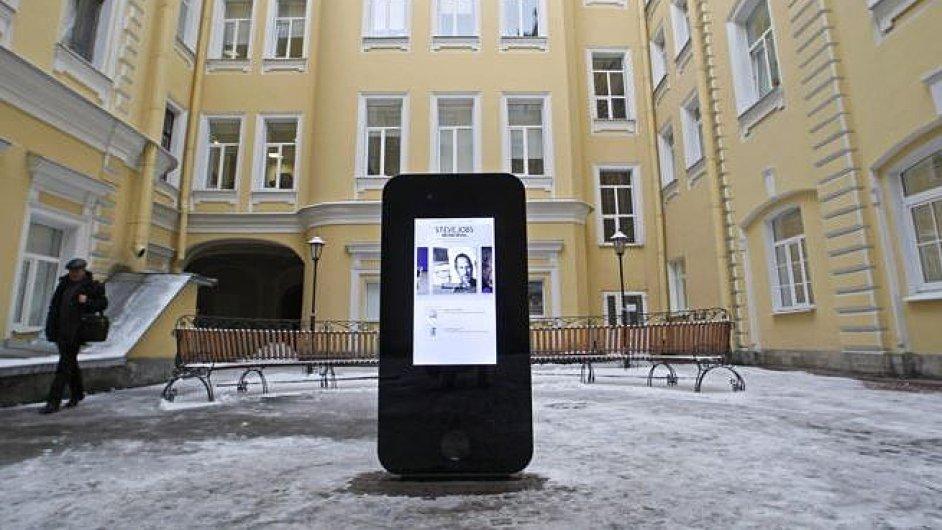 Pomník Steva Jobse v ruském Petrohradu