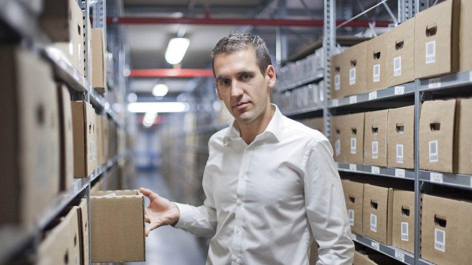 Michal Zámec, šéf a zakladatel firmy Internet shop s.r.o. prodává po internetu parfémy již 10 let. Nyní jeho firma pod značkou Beautyspin.com vstupuje na americký trh.