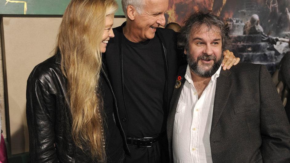 Režisér Peter Jackson se objímá se svým kolegou Jamesem Cameronem. Stalo se na premiéře posledního dílu Hobita v Los Angeles, který definitivně ukončí tolkienovskou filmovou ságu.